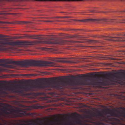 西港の赤い海