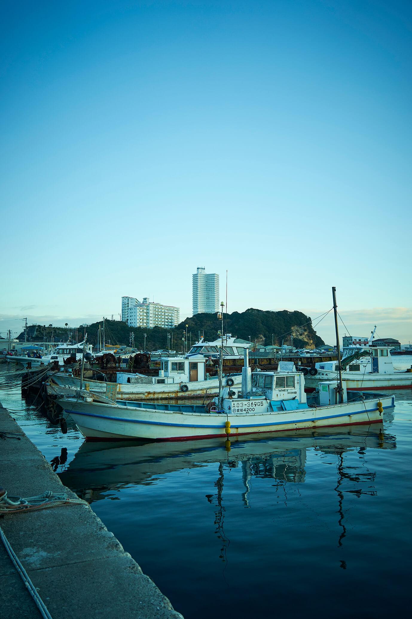 朝の片名港