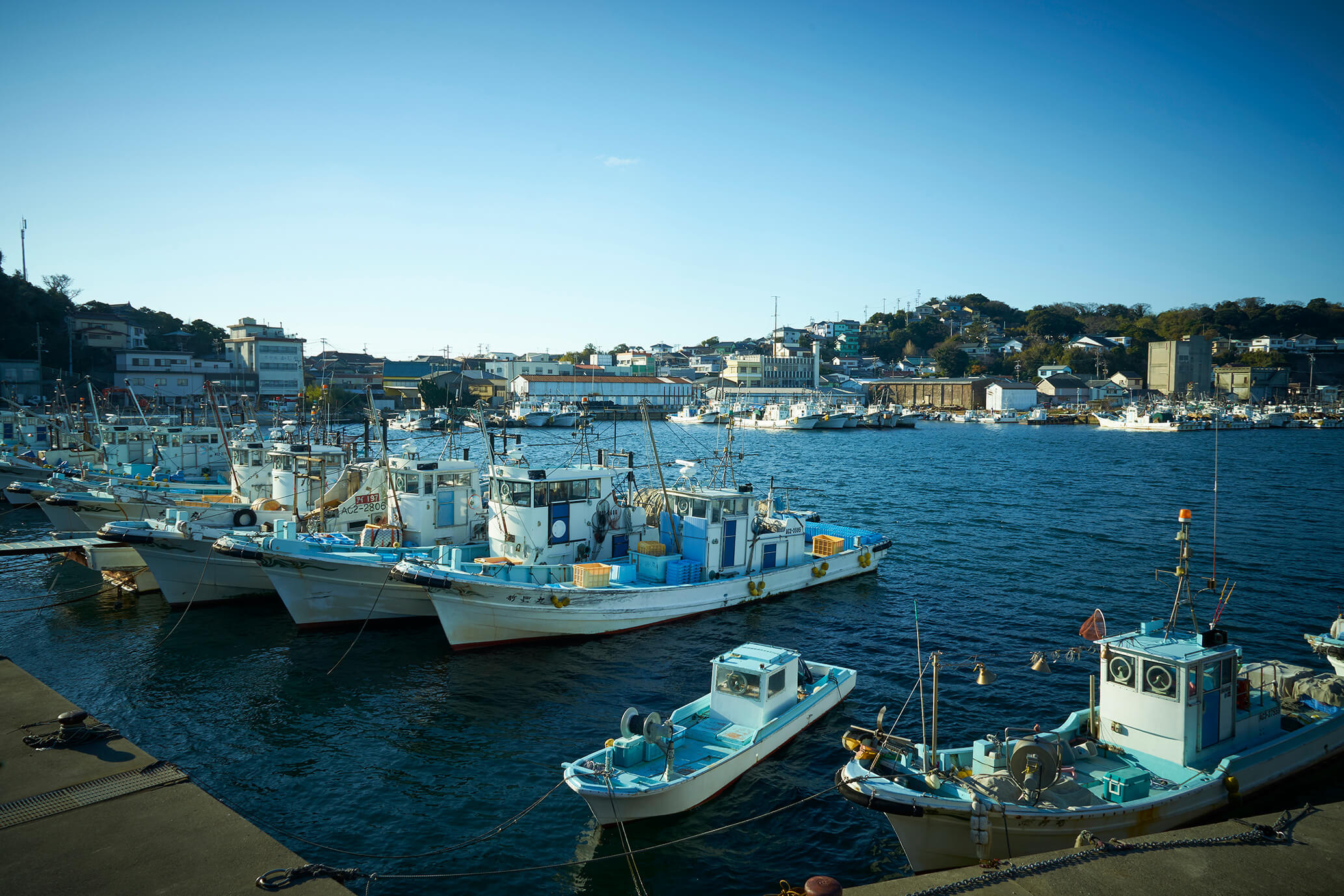 青い篠島漁港