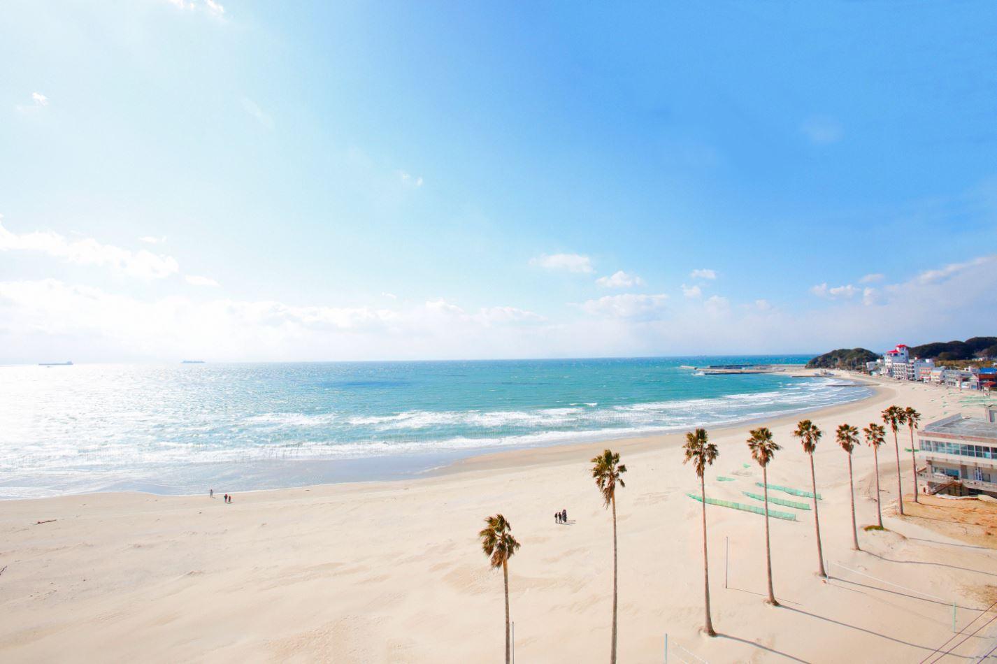 日本の渚100選にも選ばれている「千鳥ヶ浜」