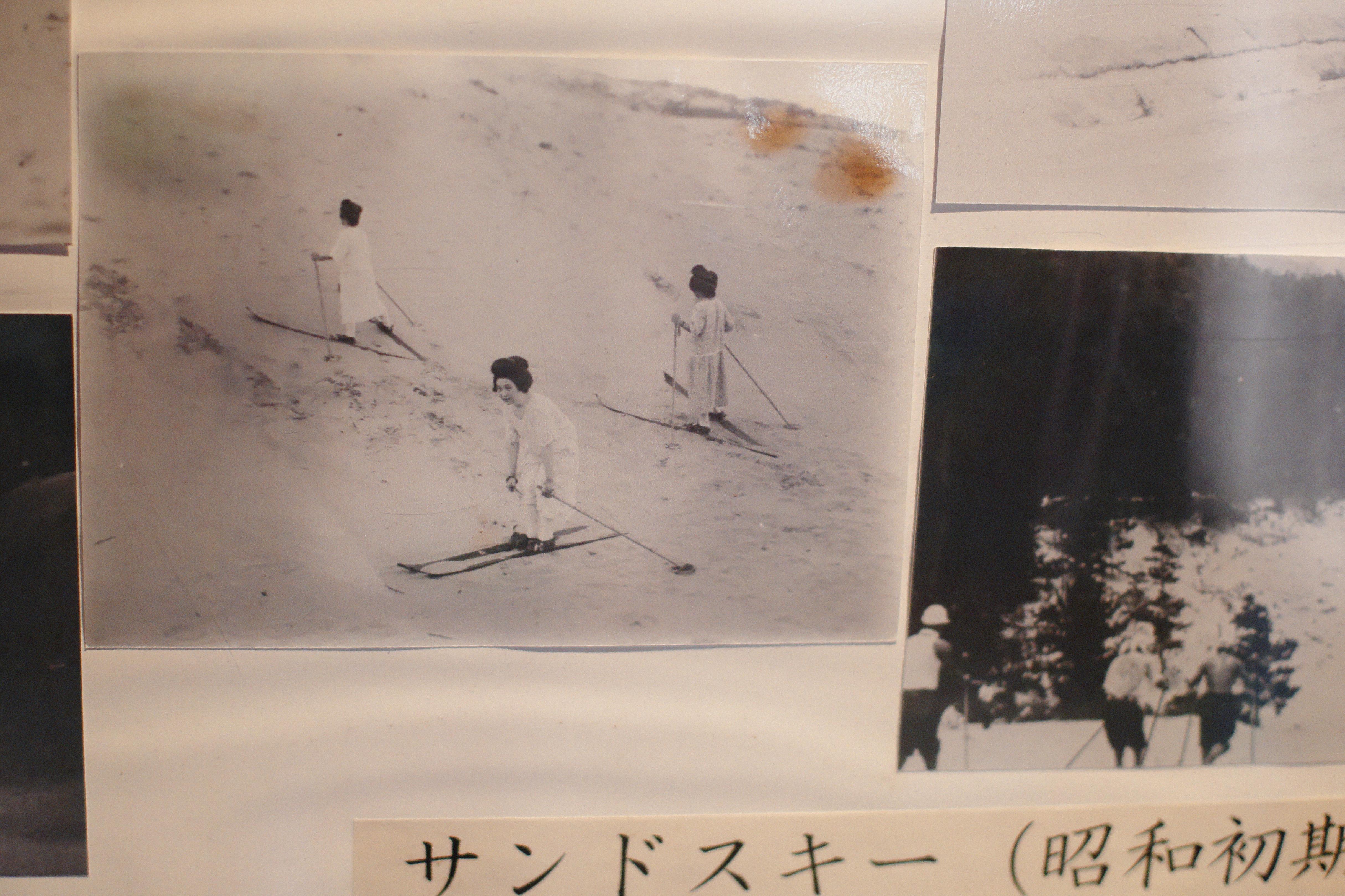 和髪でスキーを滑る女性